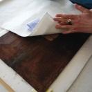 <p>w trakcie odklejania papierowej naklejki z odwrocia</p>